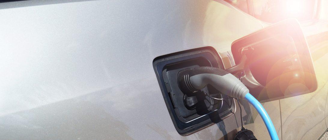 Ein Elektroauto wird aufgeladen