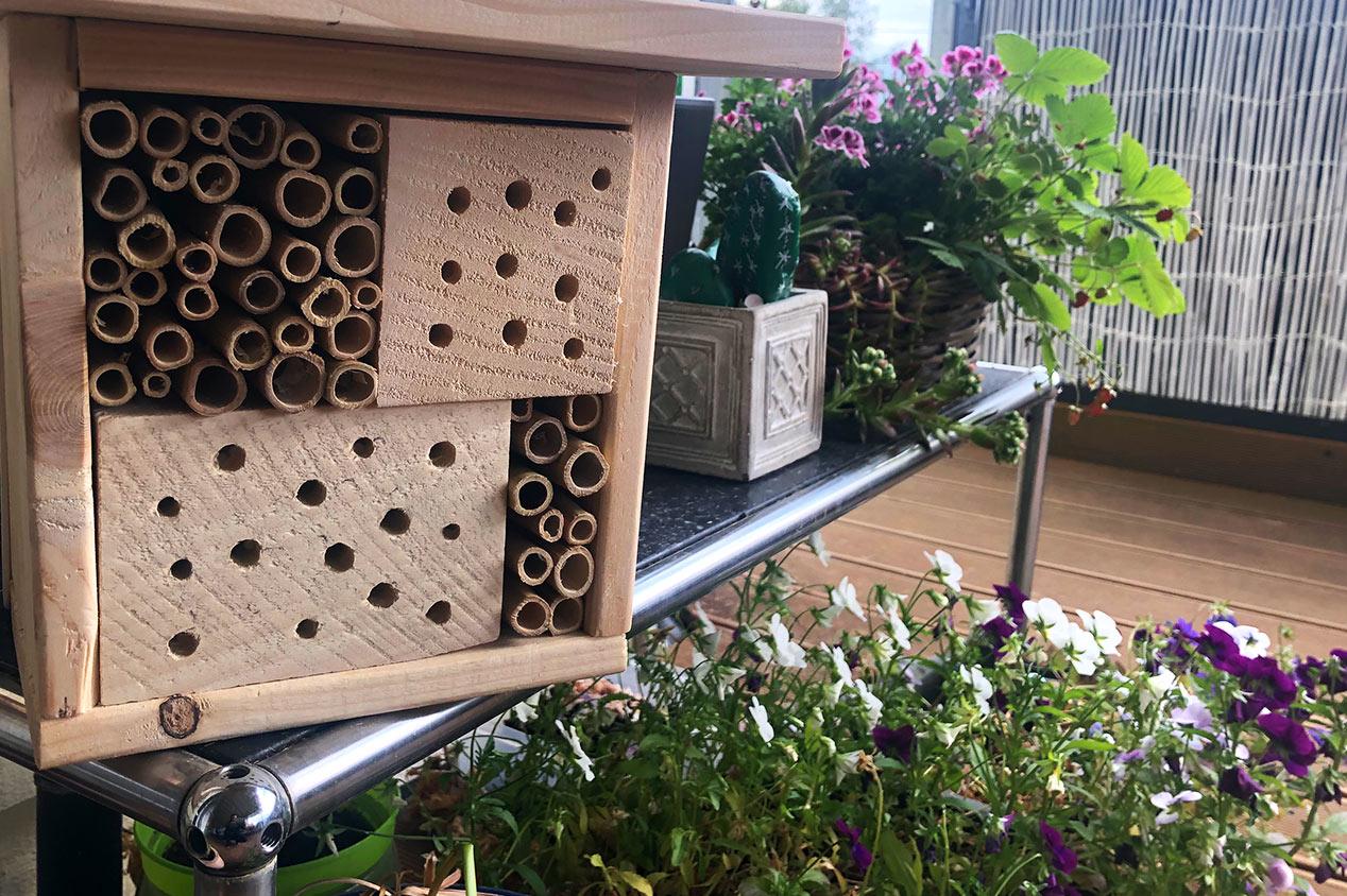 Ein Insektenhotel im Garten
